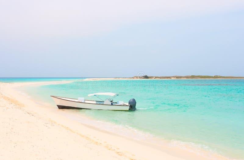 在Cayo de Agua海岛的小船 免版税库存照片