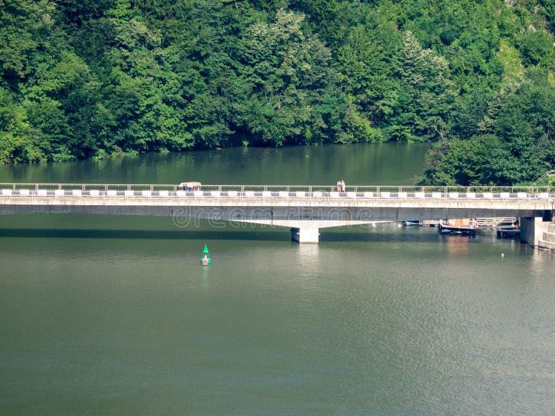在Cazane峡谷,多瑙河的Decebal桥梁,看见从塞尔维亚边 免版税图库摄影