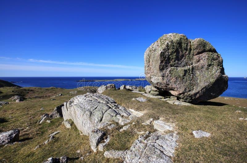 在Ceannabeinne海滩,苏格兰附近的巨大的岩石 库存照片