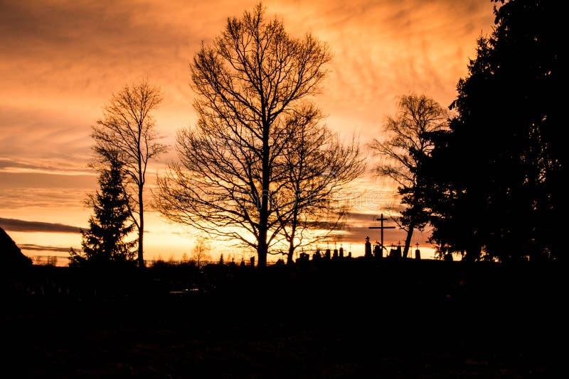 在cementary的日落 图库摄影