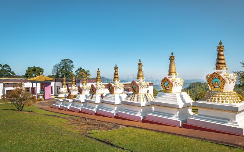在Chagdud Gonpa Khadro石楠佛教寺庙的Stupas -特雷斯Coroas,南里奥格兰德州,巴西 免版税库存照片