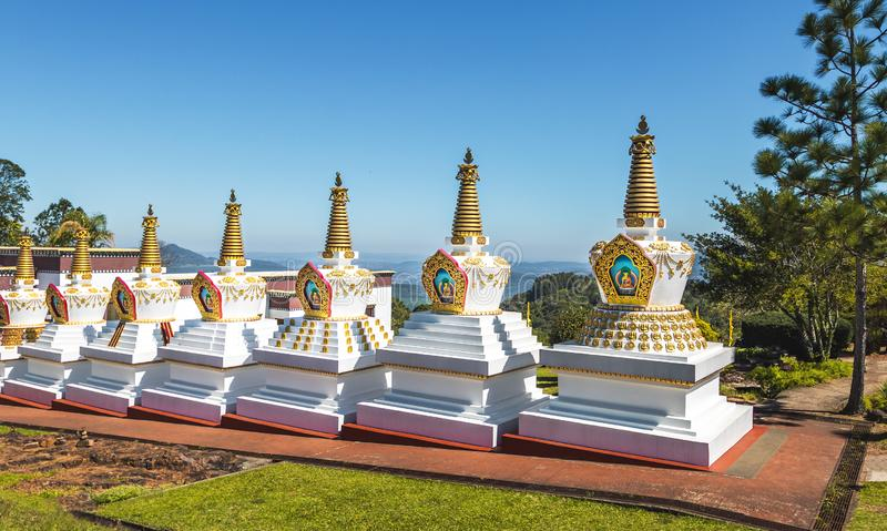 在Chagdud Gonpa Khadro石楠佛教寺庙的Stupas -特雷斯Coroas,南里奥格兰德州,巴西 图库摄影