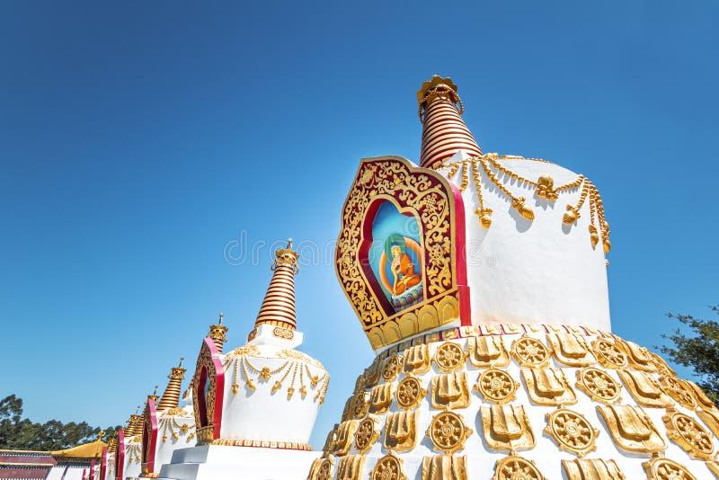 在Chagdud Gonpa Khadro石楠佛教寺庙的Stupas -特雷斯Coroas,南里奥格兰德州,巴西 免版税图库摄影