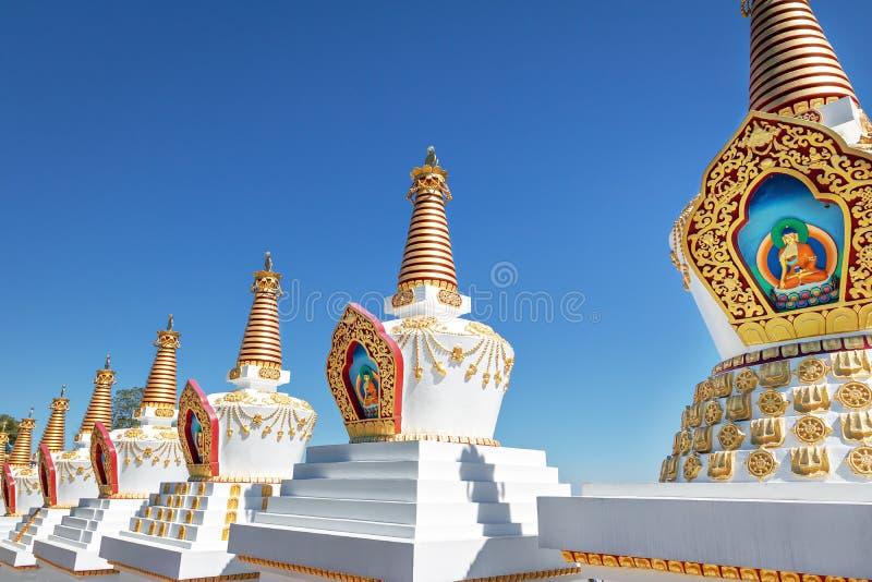 在Chagdud Gonpa Khadro石楠佛教寺庙的Stupas -特雷斯Coroas,南里奥格兰德州,巴西 免版税库存图片