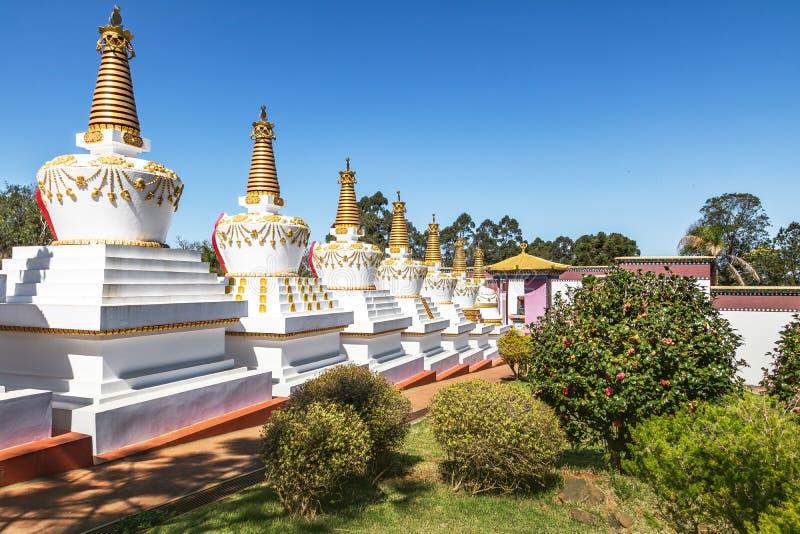 在Chagdud Gonpa Khadro石楠佛教寺庙的Stupas -特雷斯Coroas,南里奥格兰德州,巴西 库存图片
