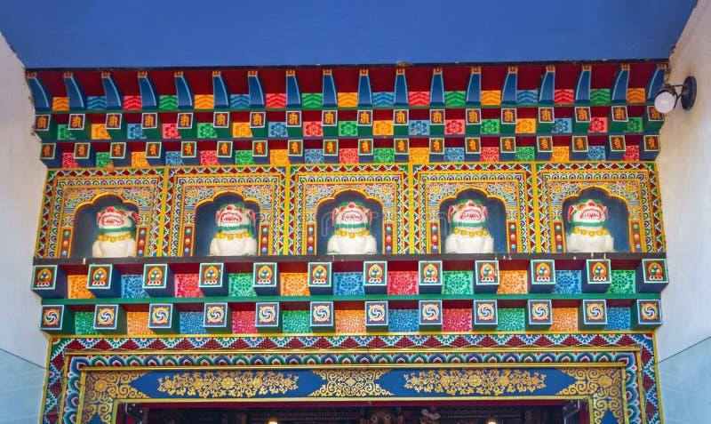 在Chagdud Gonpa Khadro石楠佛教寺庙-特雷斯Coroas,南里奥格兰德州,巴西寺庙的西藏雪狮子雕象  免版税库存照片