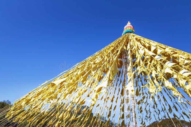 在Chagdud Gonpa Khadro石楠佛教寺庙-特雷斯Coroas,南里奥格兰德州,巴西的佛教祈祷的旗子 库存图片