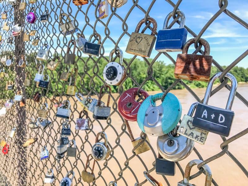 在chainlink篱芭的挂锁 库存照片