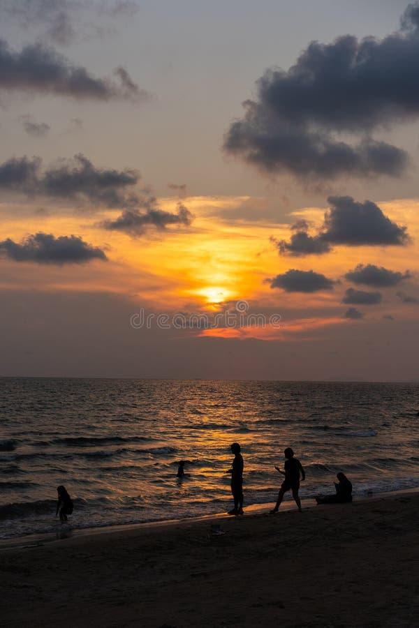 在Chantaburi海滩的经典美好的暮色浪漫和惊人的日落片刻-在泰国东部 免版税库存照片