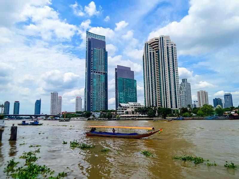 在Chaopraya河,曼谷泰国乘出租车小船 库存照片
