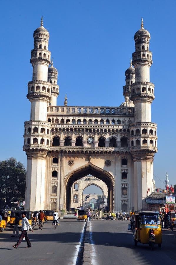 在Charminar,印度附近的繁忙的路 免版税图库摄影