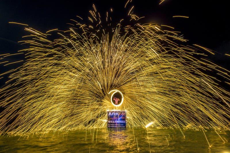 在Chaweng海滩,苏梅岛的火展示 免版税库存图片