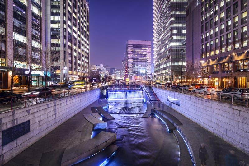 在Cheonggye小河的汉城都市风景 图库摄影