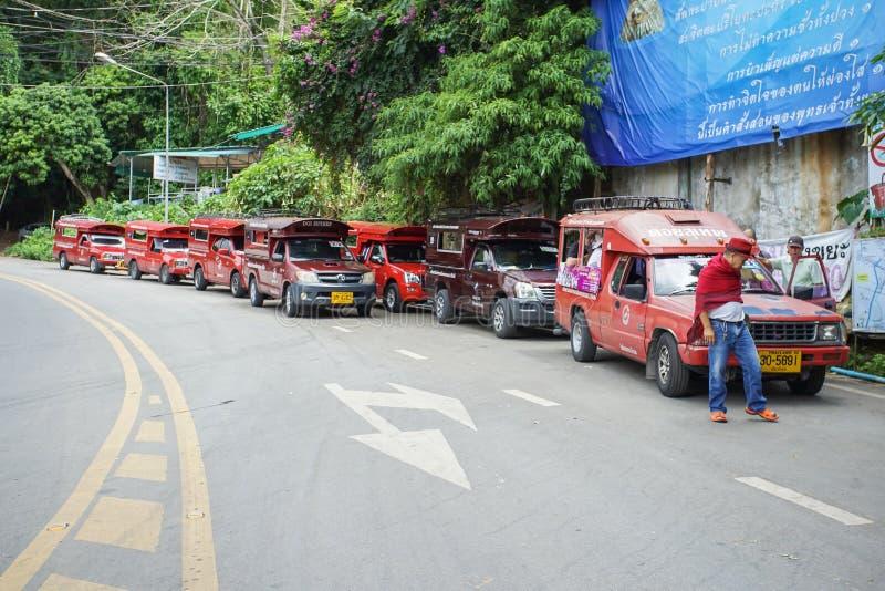 在Chiangmai市里面的红色微型卡车出租汽车Chiangmai服务 免版税库存图片