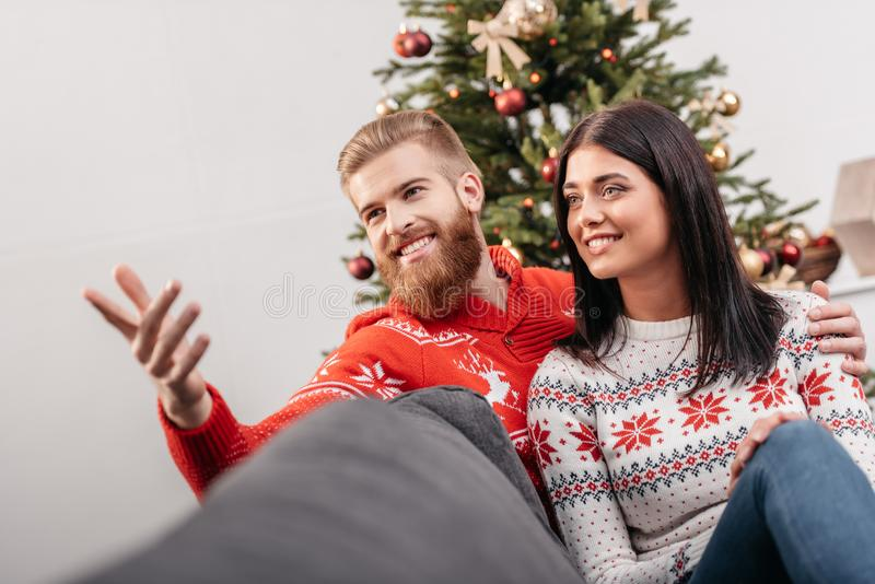 在christmastime的愉快的夫妇 库存图片