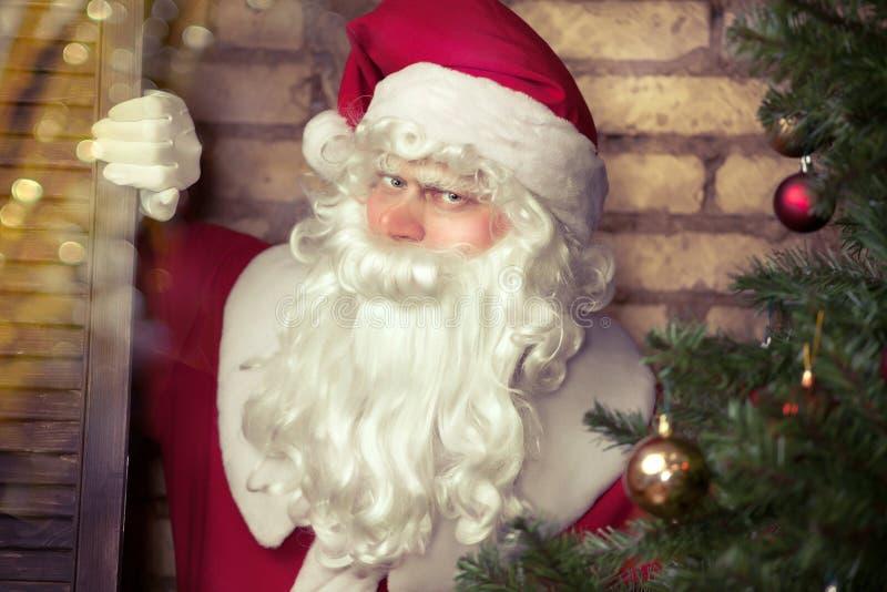 在Chrisymas树附近的圣诞老人 免版税库存照片