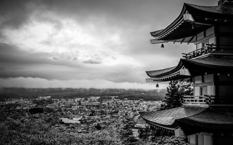 在chureito塔的多云Fujisan 免版税库存图片