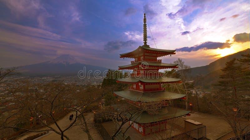 在Chureito塔的日落有Fujisan软的背景  免版税库存照片