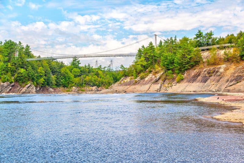 在Chutes de la Chaudiere的人行桥在利维,魁北克,加拿大 免版税库存图片