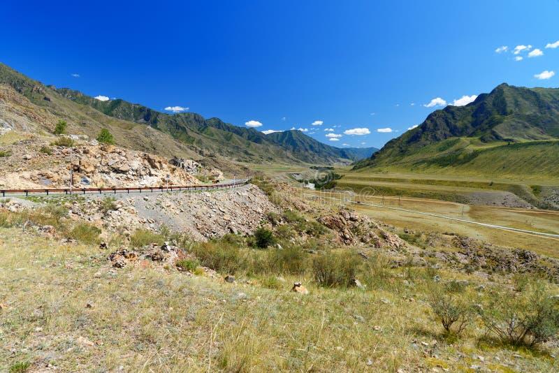在Chuya河的看法沿Chuysky Trakt的山的 阿尔泰共和国,俄罗斯 库存图片