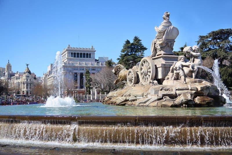 在Cibeles广场的Cibeles喷泉和Gran通过街道 免版税库存图片