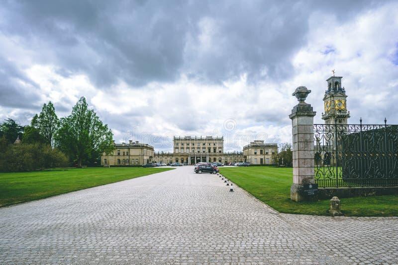 在Cliveden议院庄园庄园的云彩与尖沙嘴钟楼 库存照片