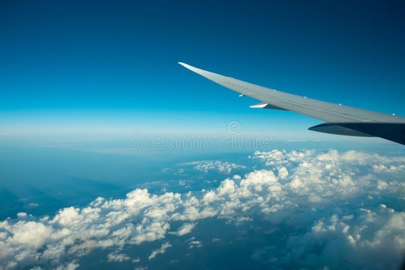 在clound和蓝天上的航空器飞行 从飞机窗口的好的看法 库存图片