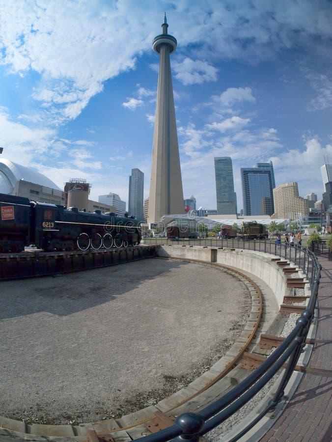在CN塔下的老圆形机车库trainyard 库存图片