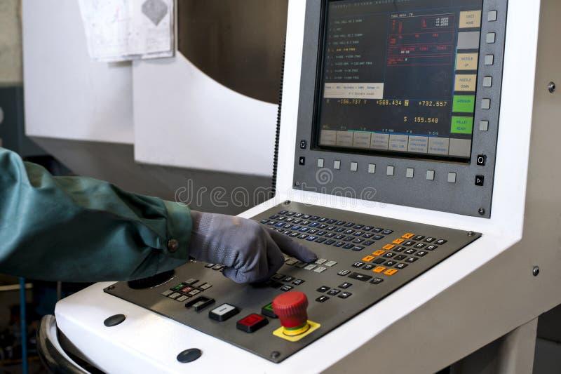在cnc可编程序的机器的控制板的手 免版税图库摄影