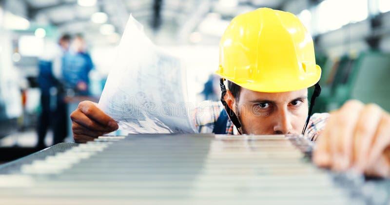 在CNC机器的产业工作者输入的数据在工厂 免版税库存照片