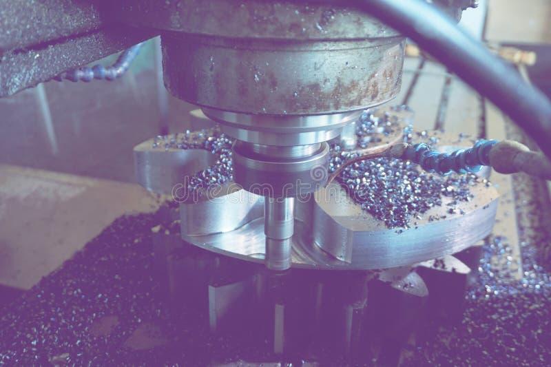 在CNC机器的铣刀处理齿轮轮齿 免版税库存图片