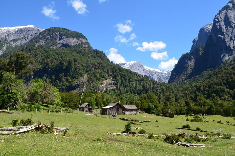 在Cochamà ³谷,南智利的湖地区的花岗岩山 免版税库存照片
