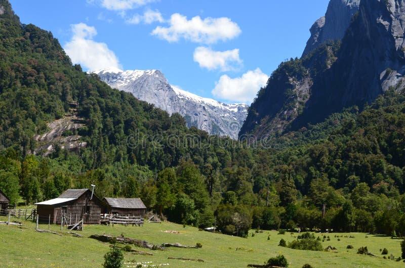在Cochamà ³谷,南智利的湖地区的花岗岩山 图库摄影