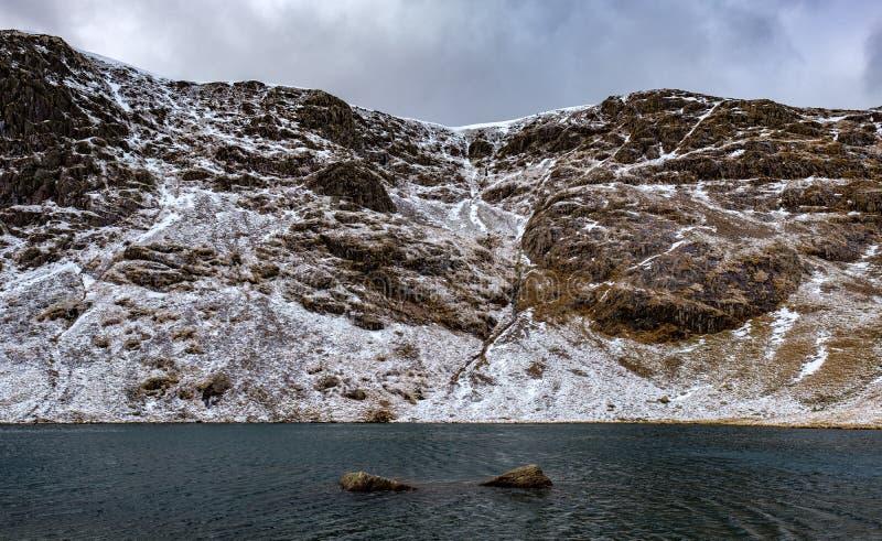 在Coniston老人,英国湖区的最低水位 免版税库存照片