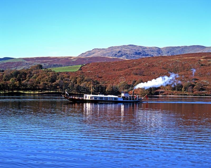 在Coniston水的蒸汽游艇 免版税库存图片