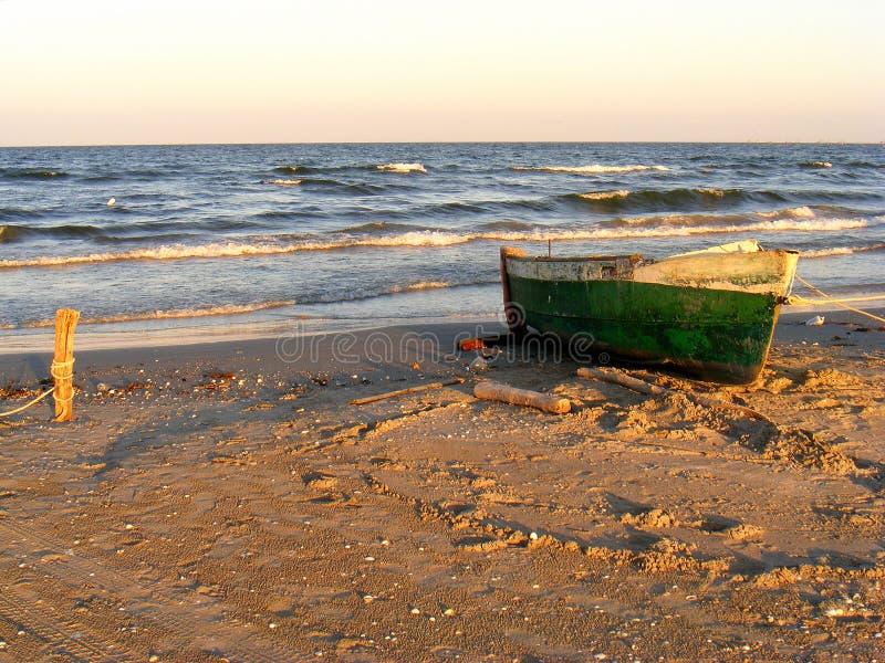 在Corbu海滩的剧烈的日落在黑海,罗马尼亚,一最美丽的处女海滩在欧洲 库存照片