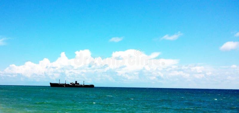 在Costinesti海滩附近的船击毁Evangelia 免版税库存图片