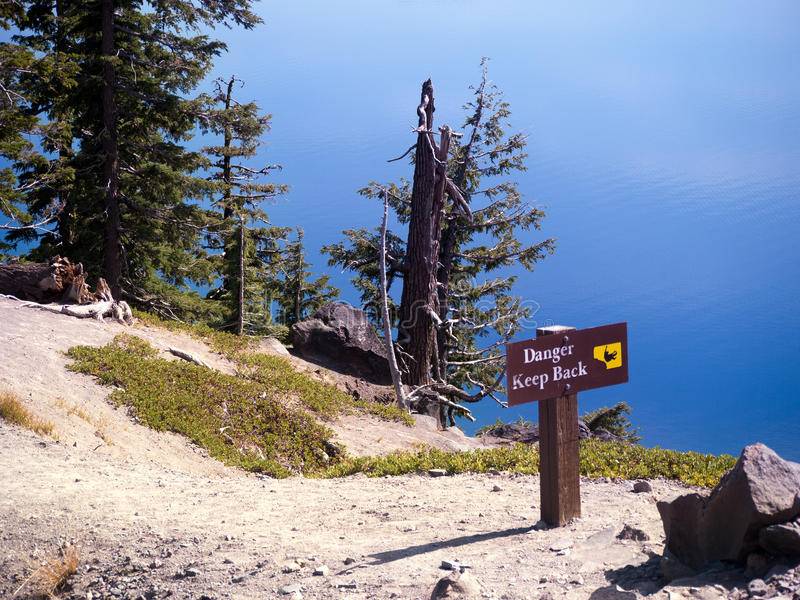 在Crater湖俄勒冈的危险标志 库存照片