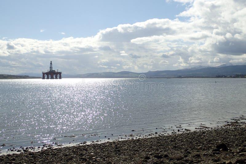 在Cromarty峡湾停住的石油钻井船具等候废除 图库摄影