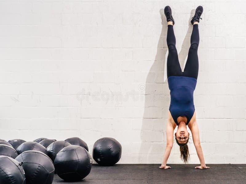 在crossfit健身房的手倒立 免版税图库摄影