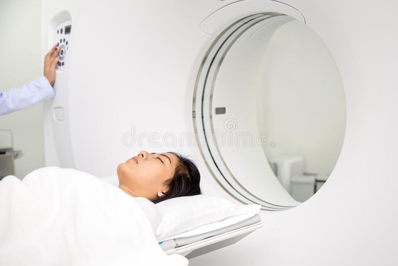 在CT扫描的亚洲夫人睡眠 免版税库存照片