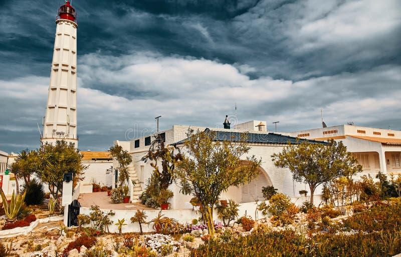 在Culatra海岛上的灯塔在Ria福摩萨,葡萄牙 库存照片