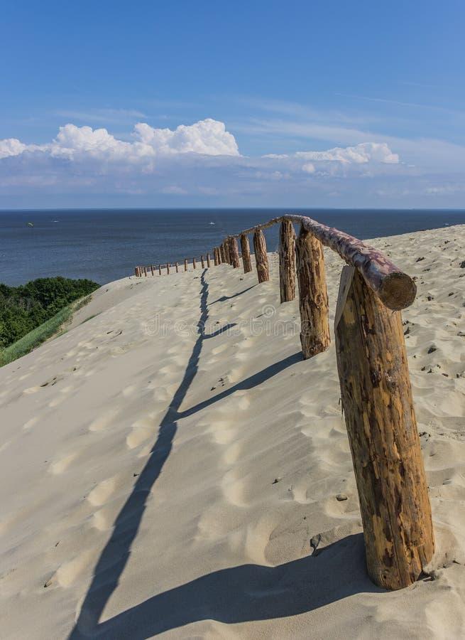 在curonian唾液的最高的沙丘的木篱芭 图库摄影