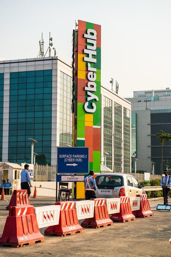 在cyberhub gurgaon的停车处车道 免版税库存照片