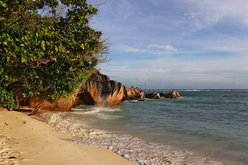 在d'argent的来源的美丽的绿松石水和花岗岩岩石 免版税图库摄影