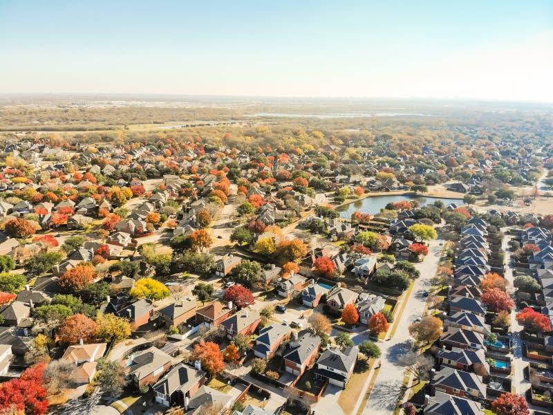 在Da附近的顶视图五颜六色的湖边城市延伸住宅区 免版税库存图片