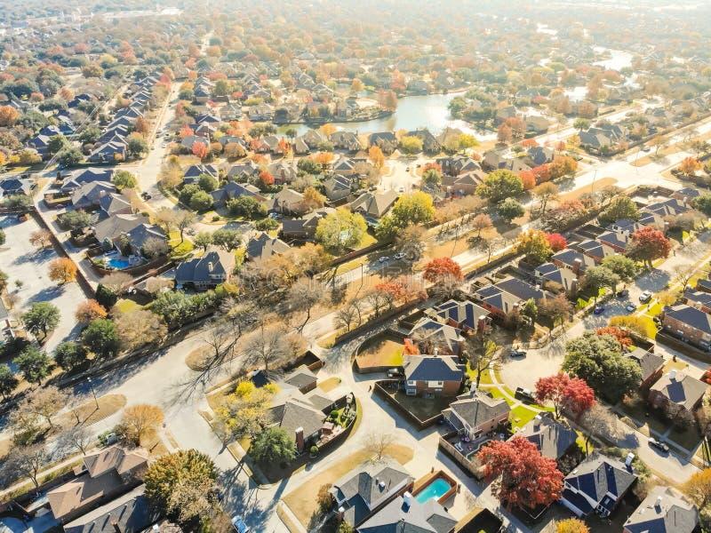 在Da附近的顶视图五颜六色的湖边城市延伸住宅区 免版税图库摄影
