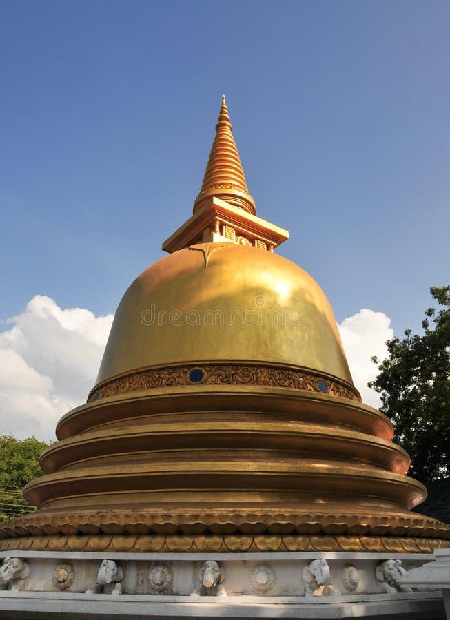 在Dambulla洞寺庙的金黄stupa 库存图片