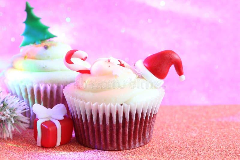 在defocused五颜六色的背景的圣诞节杯形蛋糕摘要装饰品烘烤的概念 库存照片
