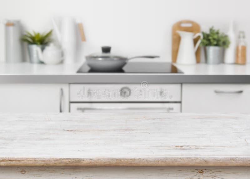 在defocused厨房长凳内部背景的被漂白的木纹理桌 图库摄影